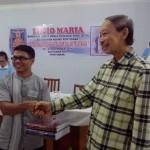 Pastor Lukas Dirman, SMM menerima kenang-kenangan buku dr Pastor Petrus Rostandy, OFM. Cap